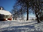Utsikt på vintern och röda huset